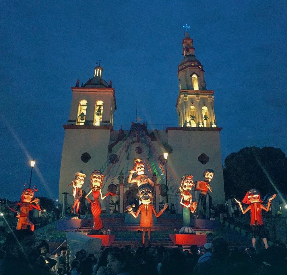 Foto de iglesia de Santiago en día de muertos
